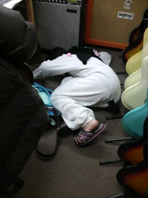 楽器屋の床で寝る女(i1072)